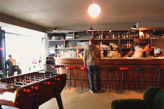 pourquoi le baby foot de caf bar a t il disparu en france. Black Bedroom Furniture Sets. Home Design Ideas